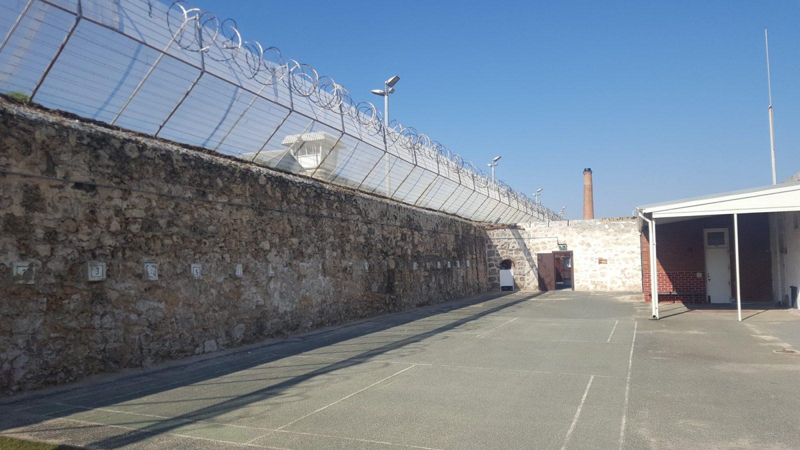 barbelés murs prison